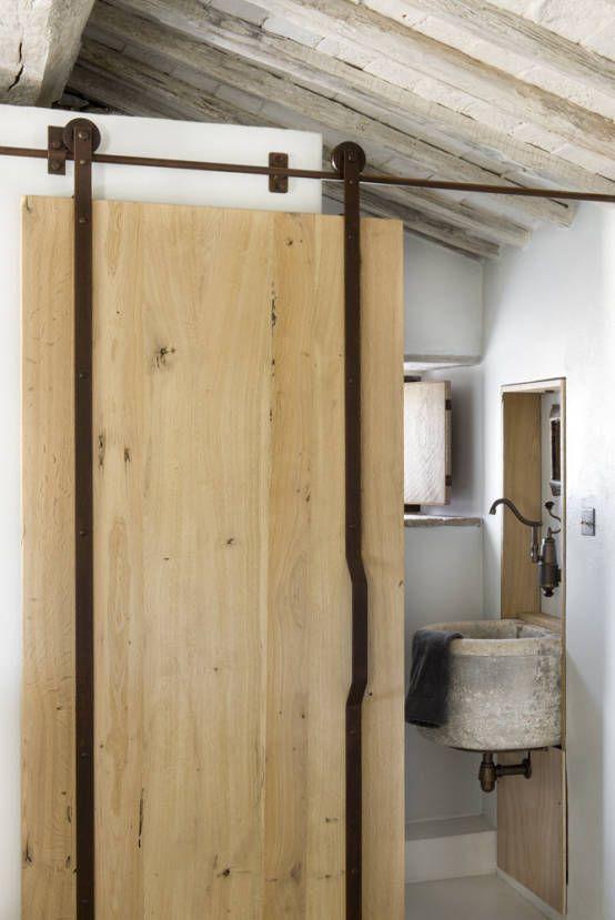 Rustykalne drzwi z drewna,. Zobacz więcej na:https://www.homify.pl/katalogi-inspiracji/39407/drzwi-wewnetrzne-nietypowe-rozwiazania