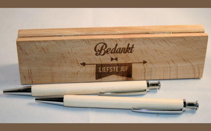 Luxe houten pennendoosje met boodschap voor juf of meester (incl 2 pennen).