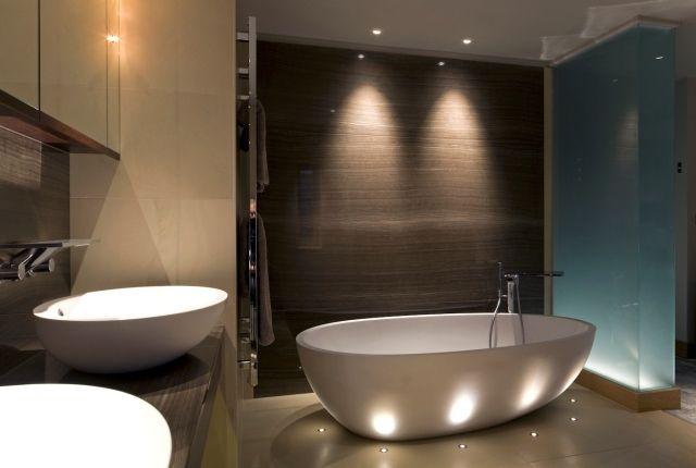 spots LED, baignoire îlot et double vasque