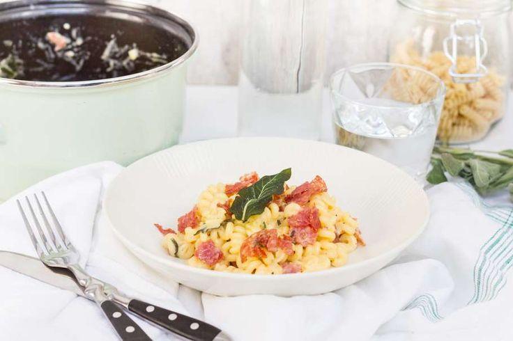Recept voor pasta carbonara voor 4 personen. Met zout, olijfolie, peper, fusilli (pasta), salami, geraspte oude kaas, ei en salie