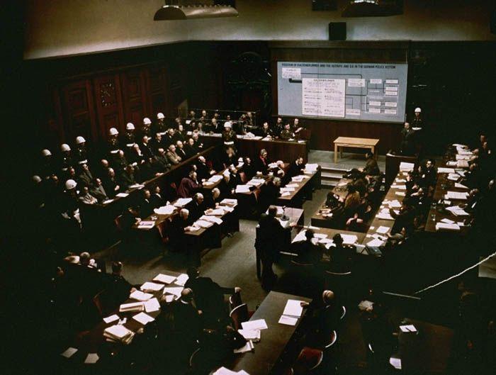 Sessão de julgamento de líderes do alto escalão nazista pelos crimes por eles cometidos durante a Guerra. Tribunal Militar Internacional, Palácio da Justiça. Nuremberg, Alemanha, 2 de dezembro de 1945.