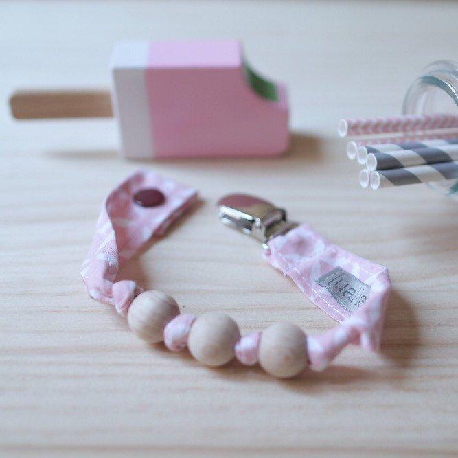 • Bonitos y prácticos chupeteros-mordedor con bolitas de madera, libres de lacas, para que los peques alivien las moléstias por sus nuevos dientes.