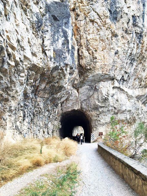 Helt nord ved Gardasjøen i Italia ligger Ponale stien, en spennende og luftig turløype som tar deg langsetter innsjøen og oppover i den bratte fjellsiden. Ponale stien var opprinnelig den eneste veiforbindelsen mellom landsbyen Riva del Garda og Ledro-dalen og den ble konstruert på midten av 1800-tallet. Stien strekker seg ca 2,5 km langs Gardasjøen og kan by på en fantastisk utsikt over sjøen og området rundt. Bli med på en luftig spasertur langs Gardasjøen.