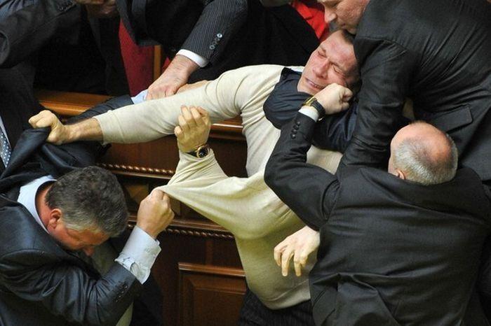 Le 6 risse in Parlamento più primitive di sempre