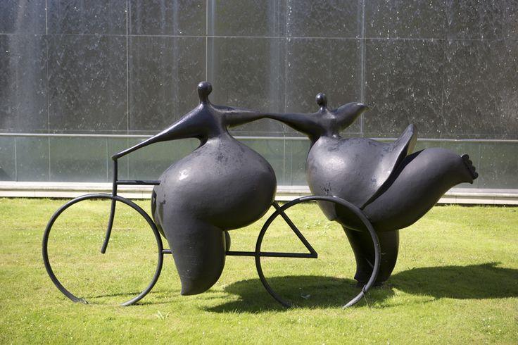 Sculpture de Jean-Louis Toutain devant le Palais de la culture, Puteaux