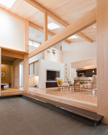 御影石の式台、桧板の天井、珪藻土の壁と自然素材に囲まれた土間空間。 インテリア ナチュラル 和モダン コーディネート デザイン おしゃれ 吹き抜け 飾り棚 