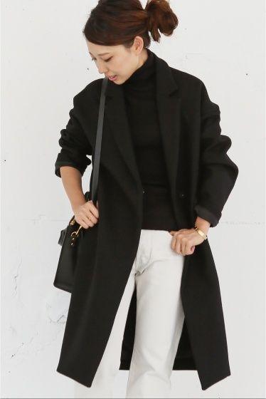チェスターコート  チェスターコート 69120 大人気のチェスターコートが今年も登場 今年は新色でブラックとカーキが仲間入りしました 二重織りの張りのあるウール素材を使用 平面的なパターンから身体が入ることによって生まれる構築的なシルエットが女性らしくモダンなコート 襟が小さめで立てやすく首周りや胸のあきがエレガント 袖にもゆとりがあるのでインナーに地厚なニットを着用してもストレスなく着れる着です 細身パンツとのバランスが決まるデザイン パーカーとスニーカーを合わせてカジュアルアイテムも品良くスタイリング出来るデイリーにも頼もしいチェスターコートです 取り扱いについては商品についている洗濯表示にてご確認下さい 店頭及び屋外での撮影画像は光の当たり具合で色味が違って見える場合があります 商品の色味はスタジオ撮影の画像をご参照下さい ブラック着用スタッフ 身長:158cm 着用サイズフリー カーキ着用スタッフ 身長:164cm 着用サイズフリー ネイビーシャツ着用スタッフ 身長:163cm 着用サイズフリー ネイビーボーダーカットソー着用スタッフ身長:164cm 着用サイズフリー…