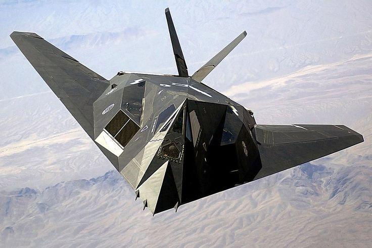 Το F-117 Nighthawk έχει εντοπιστεί αρκετές φορές τα τελευταία χρόνια να πετά πάνω από την έρημο της Νεβάδας, θέτοντας ερωτήματα για ποιο λόγο ένα αεροσκάφος σε απόσυρση συνεχίζει να εκτελεί πτήσεις.
