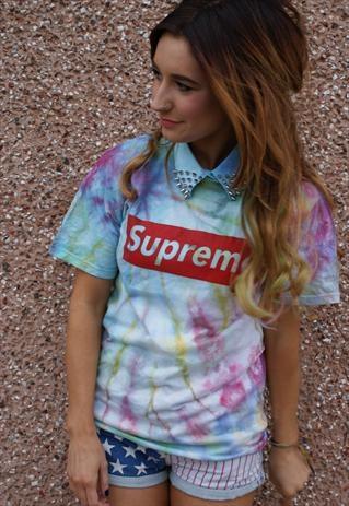 Tie dye is een trend van de vroegere hippies die tegenwoordig onder jongeren erg populair is. Veel mensen maken de shirts zelf door textielverf te spuiten op een shirt dat op een bepaalde manier opgerold en vastgebonden is met elastieken, hierdoor krijg je een apart effect, ieder shirt is daardoor uniek.