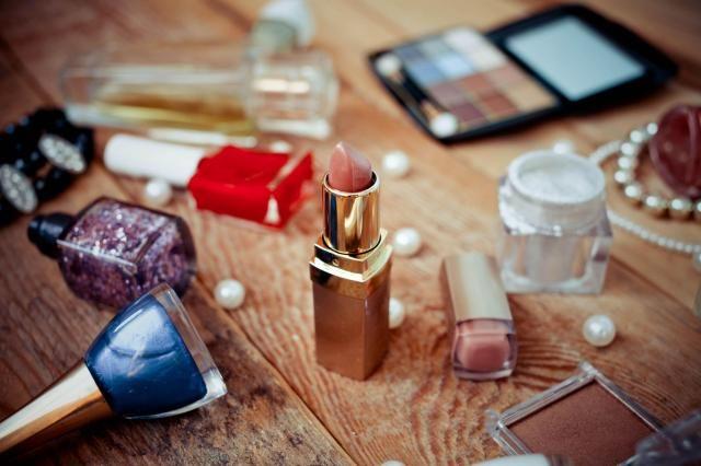 Błędy, które popełniasz przy przechowywaniu kosmetyków. Te nawyki musisz zmienić #KOSMETYKI #PRZECHOWYWANIE #KOSMETYKÓW