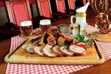 Kto má rád pečené prasiatko s pivkom, nech zdvihne ruku! Myslím, že nás je dosť :) #pork #beer #restaurant #greatmeal #meat  #slovakia #bratislava https://www.zlavomat.sk/zlava/559825-pecene-vykostene-prasa-a-4x-plzen