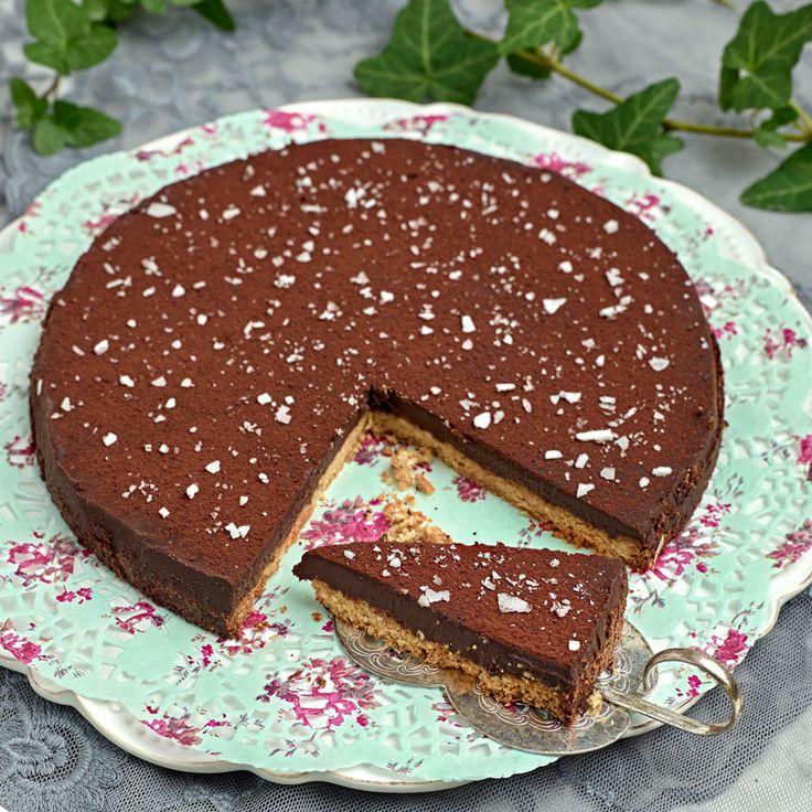 Ljuvligt god mandelkaka med härligt chokladtäcke toppat med flingsalt