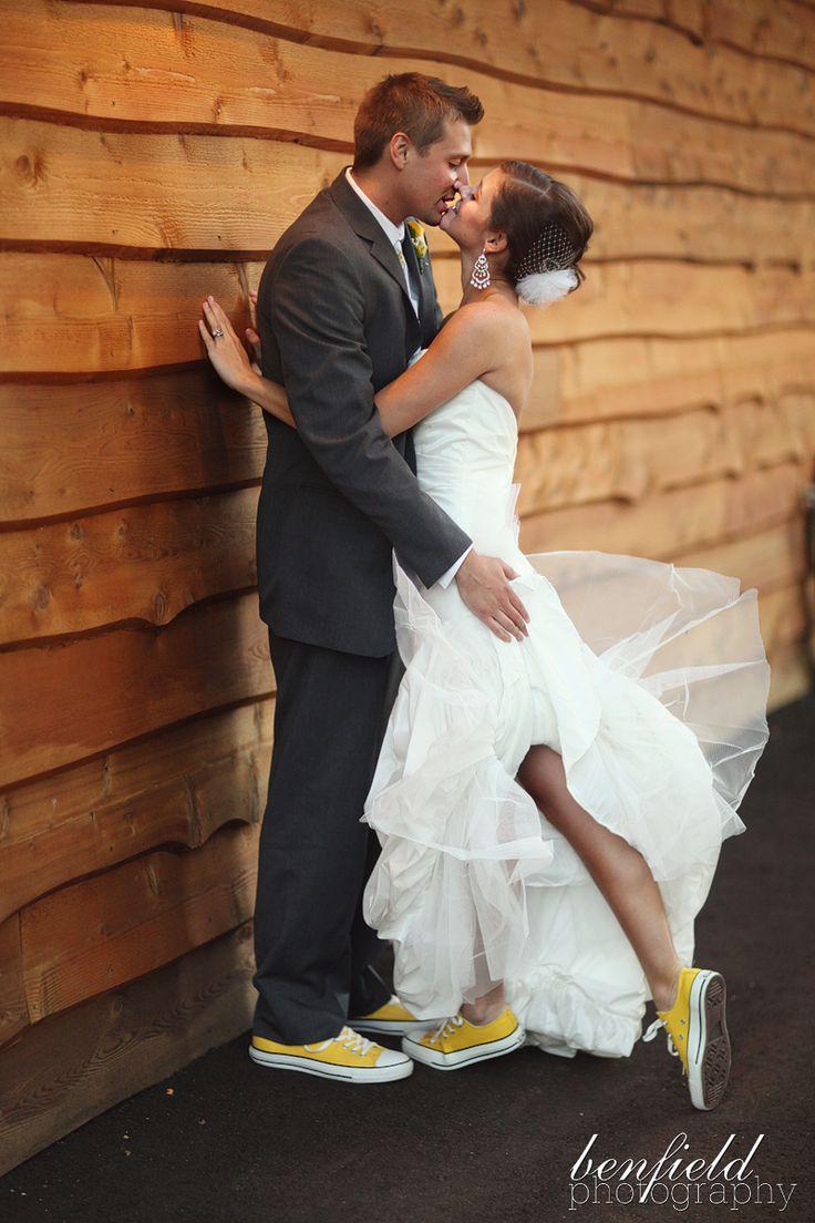 Des baskets assorties pour les mariés. Mignon ET confortable !