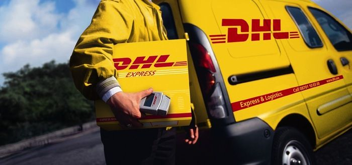 This is one of our direct competitors: DHL. At the end of the day, what we do is deliver as they do. But our difference is to deliver unforgettable moments, without you having to sign anything in the end, your smile is enough!