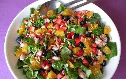 Insalata di farro, carote e frutta - un'originale ricetta per l'insalata di farro con l'aggiunta di mele, kiwi, carote, una e pinoli.