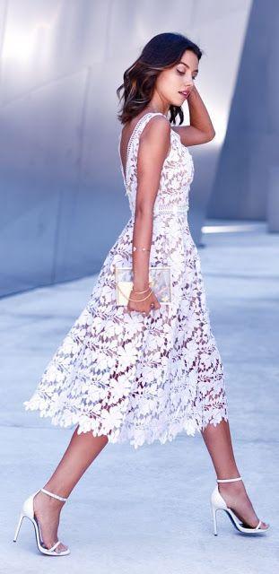 Kadın modası   Şık beyaz dantel midi elbise, topuklar, debriyaj