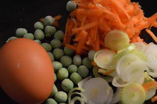 FRIED NOODELS(6 min) 1 pss MaMa Chicken nuudeleita 1 dl porkkanaraastetta 1 kevätsipuli varsineen 1 kananmuna kourallinen herneitä soija, pippuri  Keitä nuudelit kypsiksi. Kuumenna wokissa tilkka öljyä ja wokkaa nuudelit porkkanaraasteen, kevätsipulisilpun ja herneiden kanssa. Riko kananmuna sekaan ja wokkaa vielä minuutti. Mausta ja nauti!