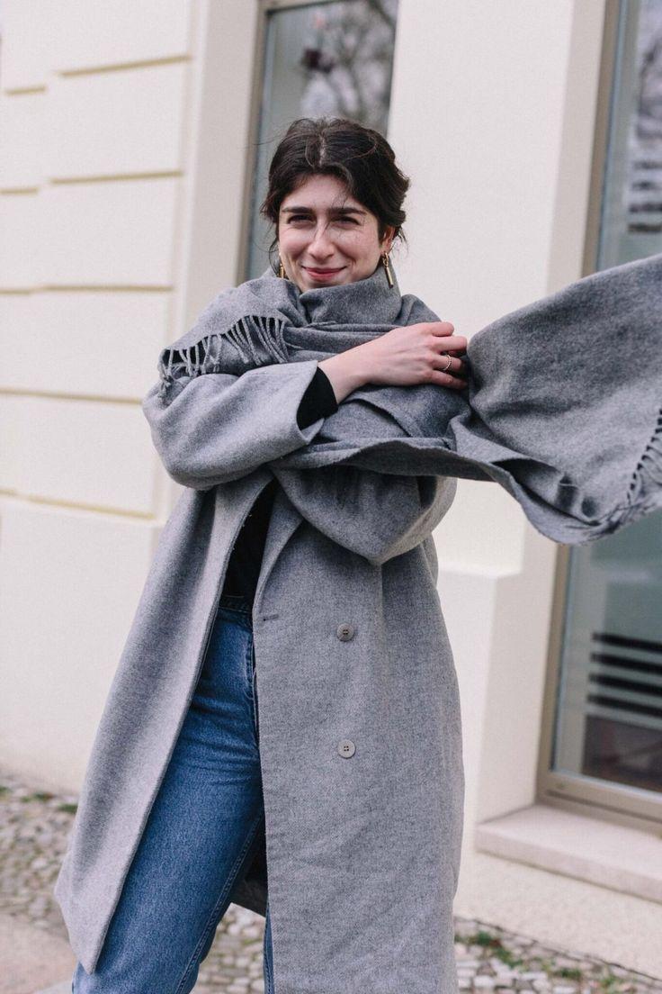 Team Journelles wears #3 – Yildiz Office Outfit Look im Winter. grauer oversize Mantel: COS, Cardigan: Strenesse, Jeans: Vintage Levi's, schwarze Boots: Bimba y Lola, Schal: Acne Studios, Ohrringe: Sabrina Dehoff #ootd #outfit #trend #style #look #fashion #inspiration #scandic #minimalistisch #minimal #mantel #coat #plateausneaker #boots #acnestudios #officelook #business #inspiration #highwaist #fashionweek #mbfw