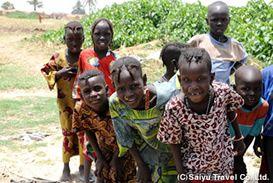 チャド湖のボドゥマ族の暮らす島で迎えてくれる子供たち