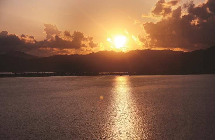 ホテルから眺める夕陽。天橋立へ向かって沈んでいきます。