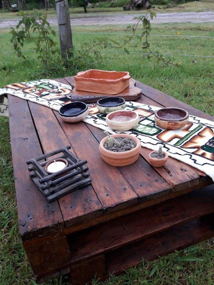A partir de un paleta se procedió a desarmarlo,  lijarlo con amoladora  y disco de lijado trama gruesa.  Se pintó con aceite de lino y luego se le dio tres manos de Cetol con color. Las ceramicas  fueron diseñadas para ese pedido.