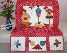 Capa para máquina de costura com aplicação em tecidos nacionais e importados, quilt livre, tapetinho com três bolsos. As cores  podem variar de acordo com seu gosto. R$ 167,85