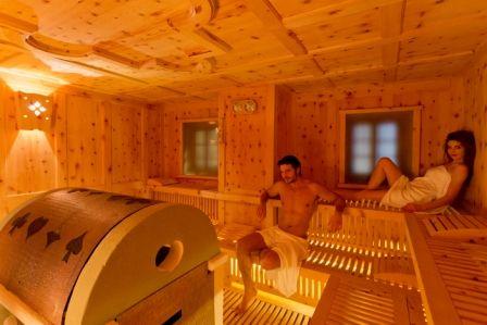 Sauna Finlandese 90 ° E' la sauna classica, quella finlandese. La temperatura è alta ed è necessario fare una doccia fresca prima di accedervi. Durante la prima fase l'aria è secca e la permanenza non deve superare i 10/15 minuti, poi si esce e si procede ad una doccia fredda, quindi si rientra per la seconda fase e si inumidisce l'aria versando dell'acqua sulle pietre roventi. Si permane per altri 10 minuti infine si esce, ci si rilassa sui lettini dell'area relax.