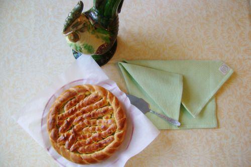 Капустный пирог из сдобного дрожжевого теста получается таким нежным и вкусным, почти как десерт.
