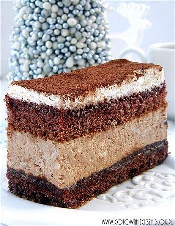 Ktoś chętny na bardzo słodkie, niesamowicie czekoladowe, odrobinę alkoholowei niewyobrażalnie pyszne ciasto? Z podanych proporcji wychodzi duża blacha wysokiego