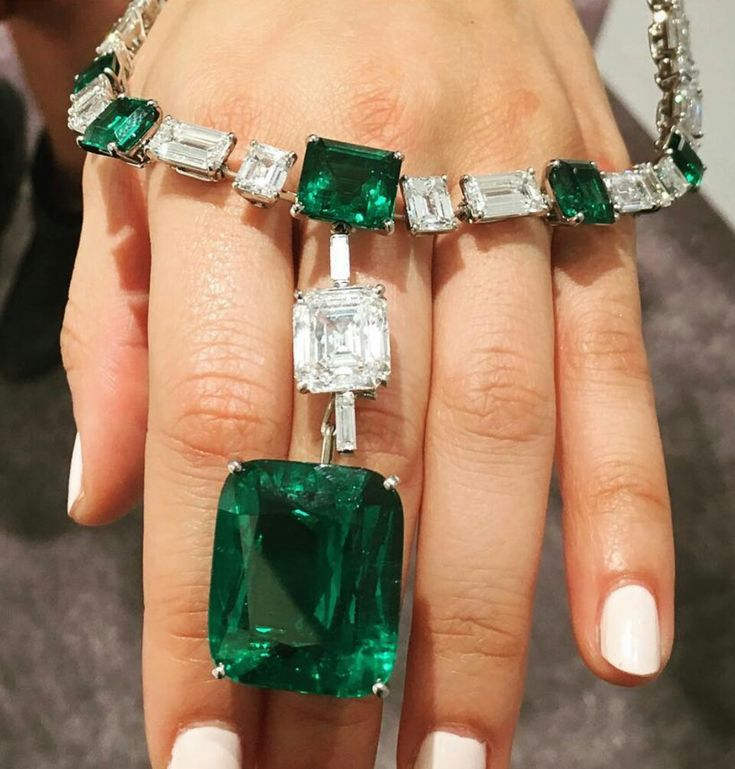 Balancing act!!! How I love Colombian emeralds, especially when they are nearly 40 carats. @christiesjewels @christiesinc  #colombia #muso #diamond @cartier #cartier #necklace