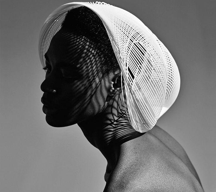 Sombreros de Impresión 3D por Gabriela Ligenza La impresión 3D juntoa al trabajo de expertos artesanos y la experiencia de diseñadores 3D llevan los sombreros de Gabriela Ligenza un paso más allá