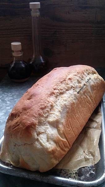 Tramezzini, talijanski sendviči. Ime je skovano kao alternativa engleskoj riječi sandwich a označava trokutasti sendvič od mliječnog bijelog kruha s odrezanom korom. Punjenja i namazi su različiti, dakle, na volju vam i po ukusu. Sam kruh je izvrsnog teka: sočan, mekan, elastičan i ukusan, pravili od njega sendviče ili ne. Kruh je najbolje mijesiti …