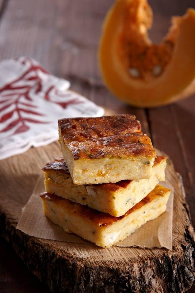 Μια εύκολη πίτα που δεν χρειάζεται φύλλο. Με το άρωμα και τη δροσιά της φθινοπωρινής φρέσκιας κολοκύθας. Τη σερβίρεις σαν πρώτο πιάτο με μια πράσινη σαλάτα αλλά ταιριάζει και σαν συνοδευτικό γκρατέν σε ψητό κοτόπουλο ή κρέας.