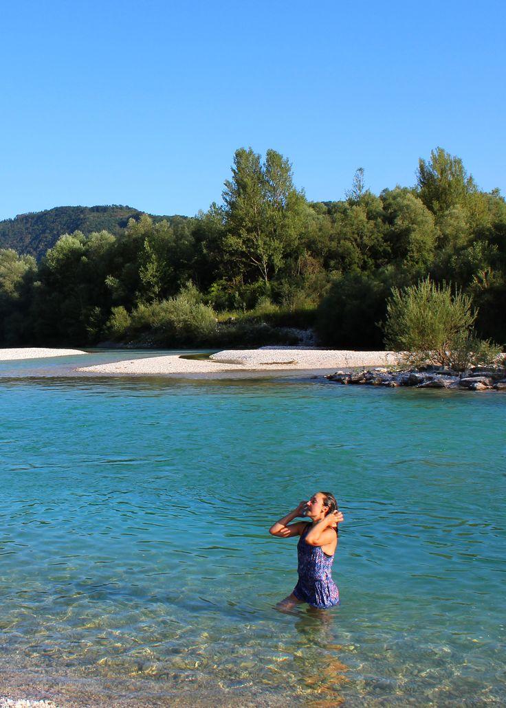 Wij helpen je de beste plekjes te vinden aan het Sloveense water. Hier rivier Soča. #SloveenseBeleven