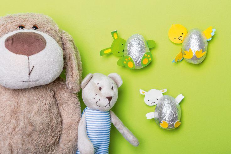 <p>Prezentujemy słodkie dekoracje wielkanocne dla dzieci. Stwórz razem z nami ozdoby w kształcie zwierzątek chowających się w czekoladowych jajkach. Zaproś do wspólnej zabawy małych milusińskich.</p>