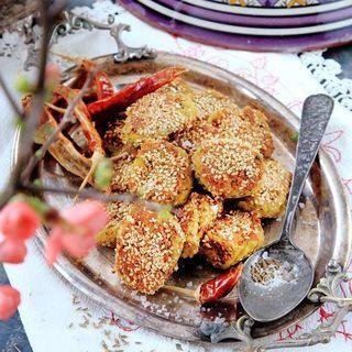 Kikärtsbullar från Mellanöstern friteras vanligtvis, men att steka dem i olivolja går också bra. Falafel serveras ofta i pitabröd med grönsaker och hummus, men är också bra som plockrätt.