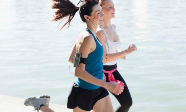 El deporte, ¿por qué funciona como antidepresivo?  Seguramente has notado que cuando realizas una actividad física cambia tu estado de ánimo. Efectivamente, esta es una de las mejores opciones para mantener la sensación de felicidad. Incluso, recientes investigaciones confirman que el ejercicio funciona como un antidepresivo.  Con el ejercicio físico se generan cambios en el sistema músculo esquelético que ayudan a expulsar de la sangre una sustancia que se acumula a causa del estrés.