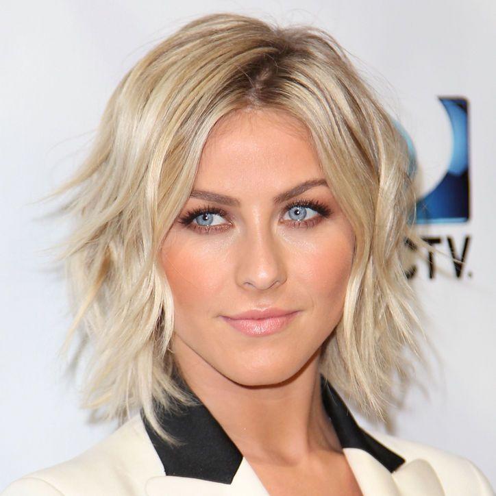 Un joli carré flou et dégradé, dont la raie a été positionnée en diagonale, pour une femme aux yeux bleus magnifiques. La coloration blonde contribue à adoucir encore davantage l'ensemble.