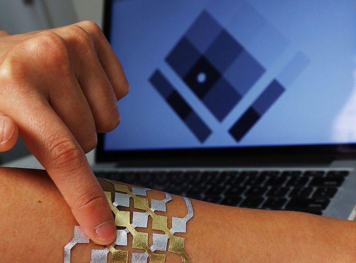 Tu piel como interfaz táctil: los tatuajes DuoSkin    Hemos hablado ya en algunas ocasiones del uso de tatuajes más allá de la estética. Por ejemplo como una alternativa a llevar un wearable cuantificador. El MIT ahora ha ido un poco más allá inventando unos tatuajes con los que se puede interaccionar con un dispositivo entre otros usos.  Se trata de un proyecto llamado DuoSkin en el que ha participado la división de investigación y desarrollo de Microsoft. Son unos tatuajes que cuidan la…