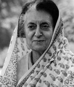 Indira Gandhi, política: Filha de Jawaharlal Nehru, o primeiro premiê da Índia, foi Primeira Ministra de seu país em duas ocasiões até seu assassinato em outubro de 1984. Estrategista e pensadora política brilhante.