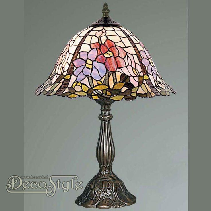 Tiffany Tafellamp Camellia Flower  Een bijzonder mooie tafellamp. Helemaal met de hand gemaakt van echt Tiffanyglas. Dit originele glas zorgt voor de warme uitstraling. De voet is bronskleurig. Met grote fitting (E27) Max 60 Watt. Met schakelaar aan het stroomsnoer. Afmetingen: Hoogte: 46 cm Breedte: 31 cm Diepte: 31 cm
