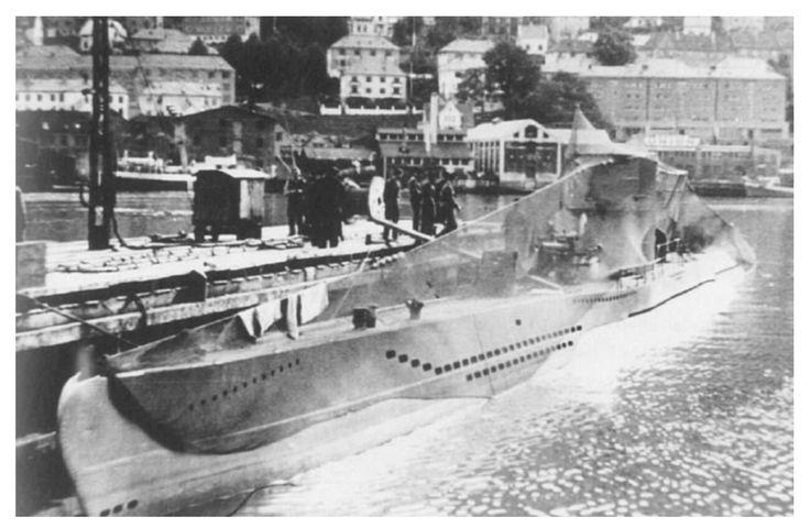 U433, typ VII C potopena 16. listopadu 1941, ve Středomoří, u Mijas (Malaga) na východ od Gibraltaru. Byla zasažena palbou z děl a hlubinnými pumami z korvety HMS Marigold. 6 mrtvých a 38 přeživších členů posádky.    U433, Porto, pokryta maskovací sítí.