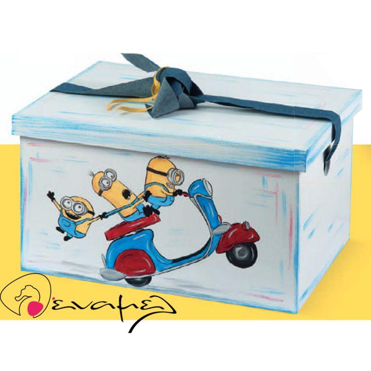 Ξύλινο Κουτί βάπτισης Minions σε βέσπα  Διαστάσεις : 48X34X27 εκ