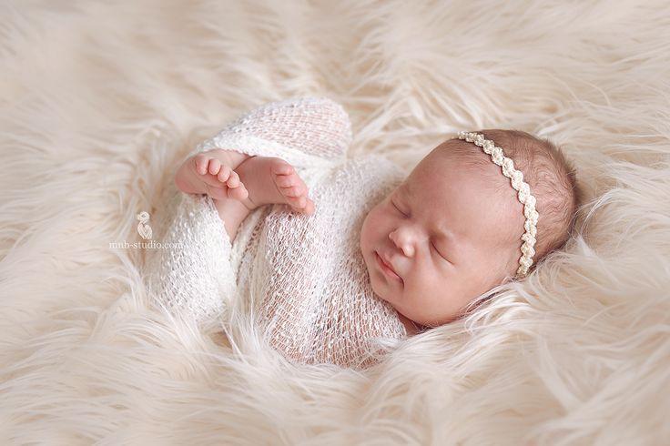 Сегодня хочу спросить у вас совета ! 👈 Как вы вдохновили своих сильных половинок на съемку новорожденного малыша?😉 Бывают случаи , когда папа категорически против при страстном желании мамы запечатлеть крошку. 😣 И тут я уже накопила целую коллекцию отговорок : 📌1) малыш маленький- да,маленький , в этом и есть смысл съемки новорожденного -запомнить его именно таким крохой . Как он лежал на руке папы, как головка малыша умещалась в вашей ладони. Маленьким ваш ребенок будет для вас и в 30…