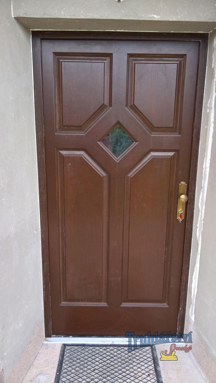 Dveře dubové vstupní, jednokřídlé v rámové zárubni, nástřik silnovrstvou lazurou.