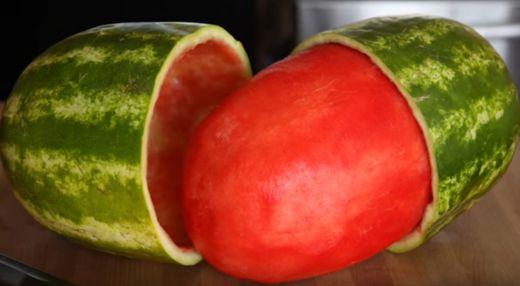 Tohle budete dělat už pořád ! Vyndejte celou dužinu z melounu.