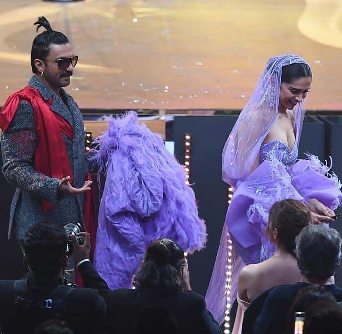 Watch Deepika Padukone And Ranveer Singh Displayed Most Scintillating Chemistry At The Iifa2019 And We Are Melting Hungryboo Deepika Padukone Ranveer Singh Deepika Ranveer