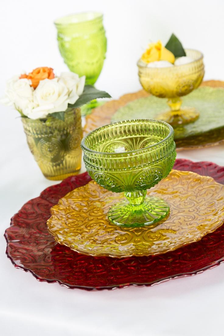 Decora tu mesa usando platos base  en vidrio de color. Platos Vintage dan elegancia y sofisticación.
