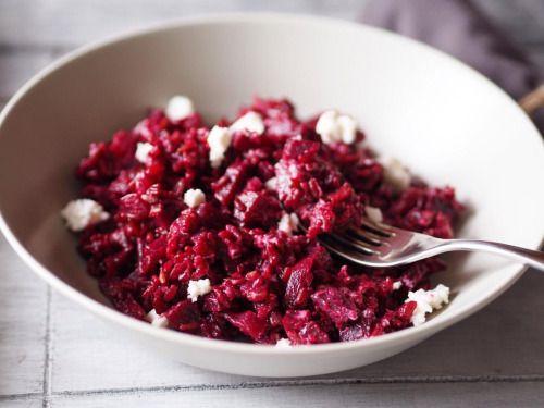 Červená rýže s řepou a kozím sýrem pro 4 osoby: 2 lžíce olivového oleje 1 červená cibule, nakrájená nadrobno 3 stroužky česneku, nakrájené nadrobno 250 g červené rýže 500 ml kuřecího vývaru 700 g červené řepy, očištěná, nakrájená na kousky 200 g...