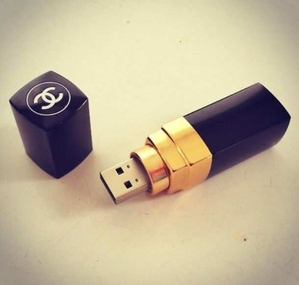 Ssssúper queridos RRMM. Consideramos que este #Chanel USB is very necessary, always!!!